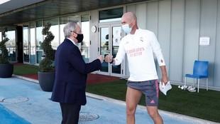 Florentino Pérez saluda a Zindine Zidane durante un entrenamieto en...