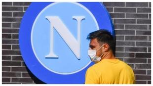 Eljif Elmas, con mascarilla, fue uno de los jugadores del Nápoles que...