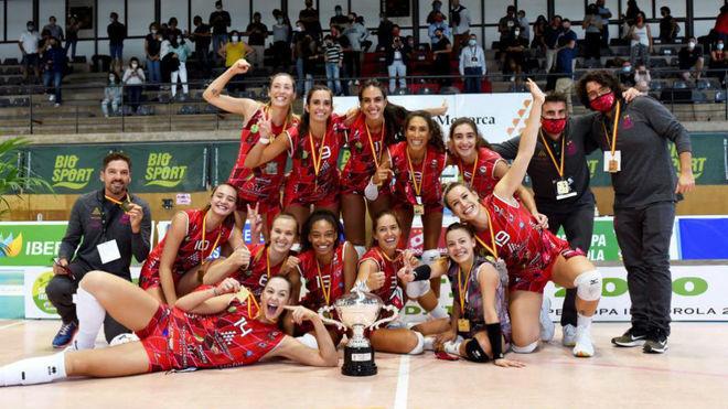 El Avarca Menorca posa con el trofeo.
