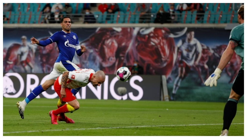 Angeliño cabecea a gol adelantándose a Omar Mascarell.