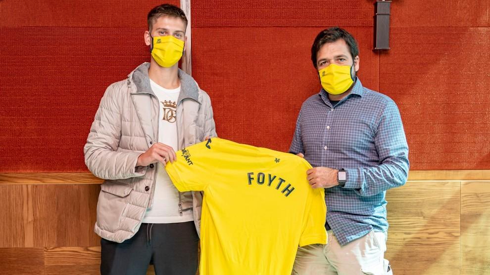 Juan Foyth posa con la camiseta del Villarreal
