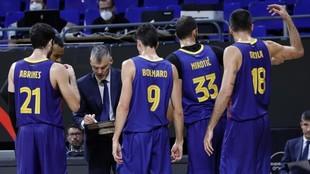 Sarunas Jasikevicius da instrucciones a sus jugadores.