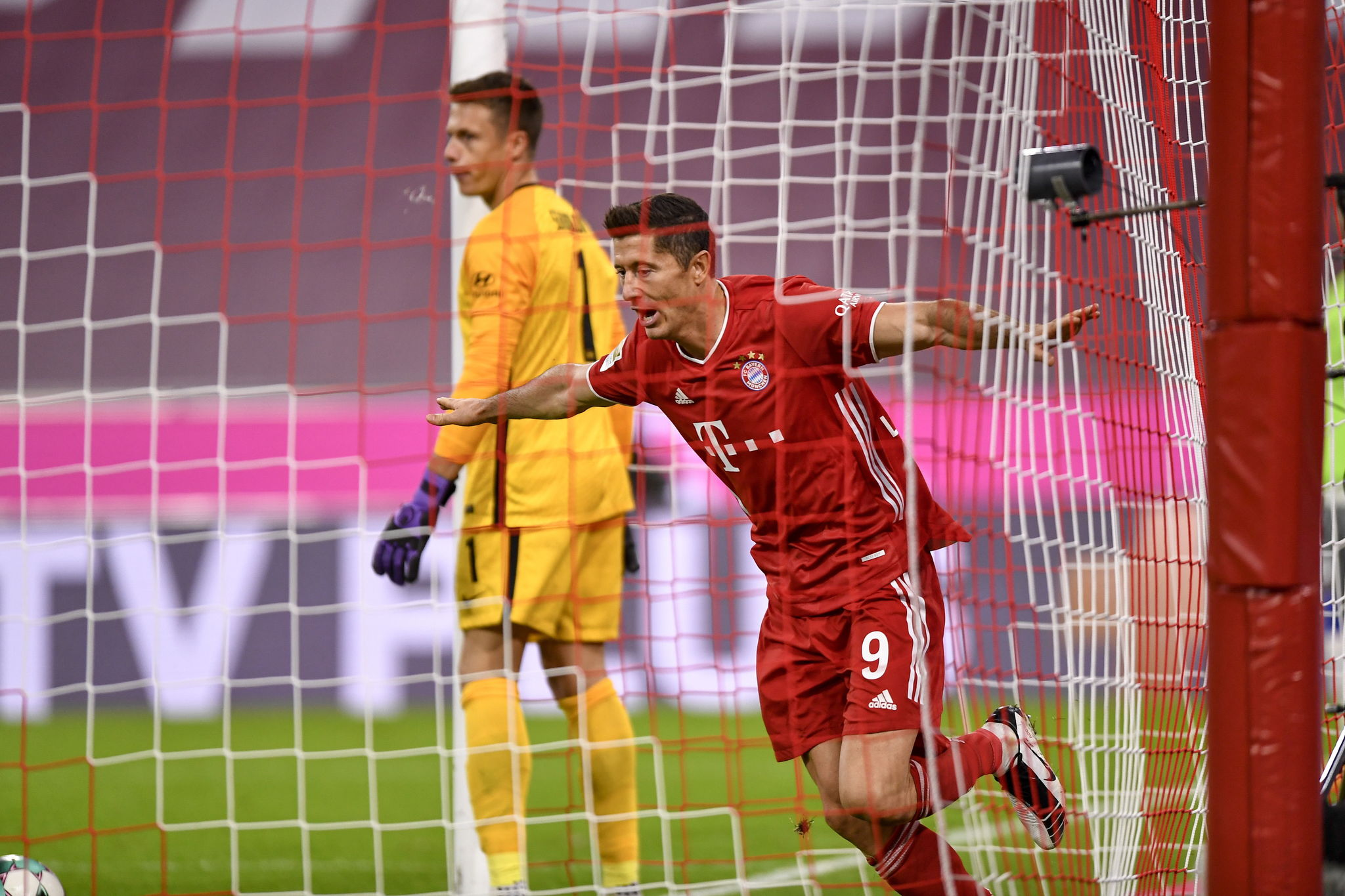 Munich (Germany), 04/10/2020.- Bayerns Robert lt;HIT gt;Lewandowski lt;/HIT gt; celebrates after scoring a goal during the German Bundesliga soccer match between Bayern Munich and Hertha BSC Berlin in Munich, Germany, 04 October 2020. (Alemania) EFE/EPA/LUKAS BARTH-TUTTAS CONDITIONS - ATTENTION: The DFL regulations prohibit any use of photographs as image sequences and/or quasi-video