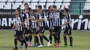 Los jugadores del Castellón celebran el primer gol del partido