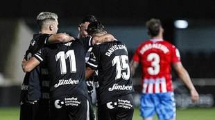 Elady celebra el primer gol del Cartagena con sus compañeros