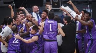 Los jugadores del Burgos celebran la consecución del título sobre la...