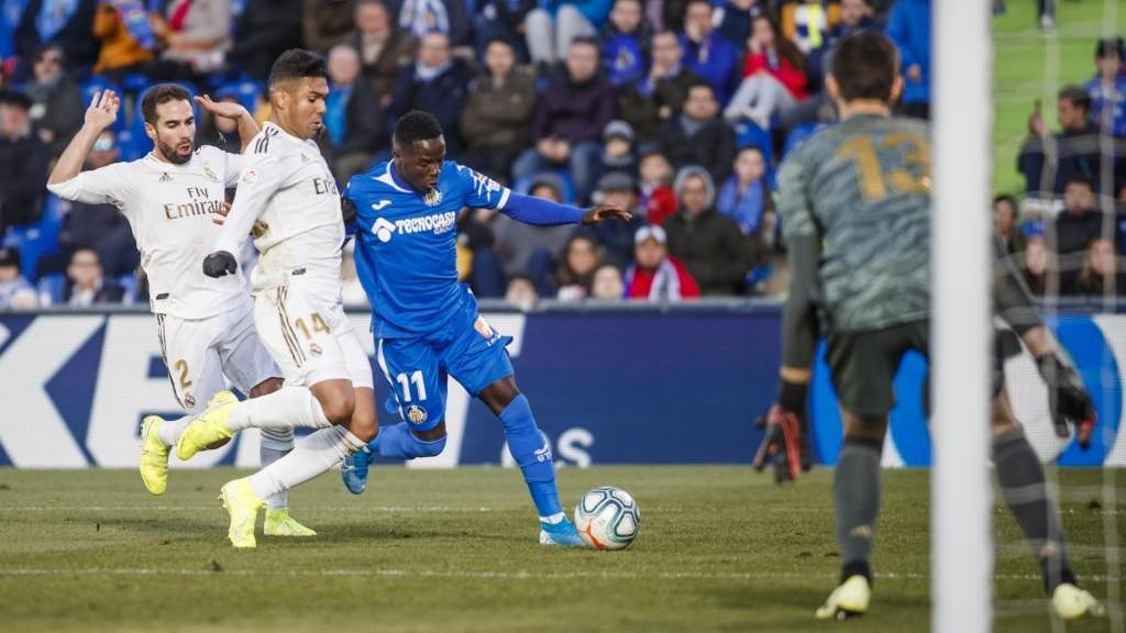 Amath pugna un balón con Casemiro en un partido contra el Real...
