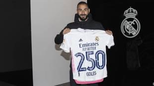 Benzema posa con una camiseta del Real Madrid por sus 250 goles.