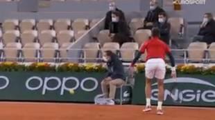 No puede ser verdad... ¡Djokovic le da otro pelotazo en la cara a un juez de línea!