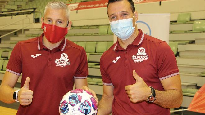 Miguelín y Giustozzi, capitán y entrenador de ElPozo, con un balón...