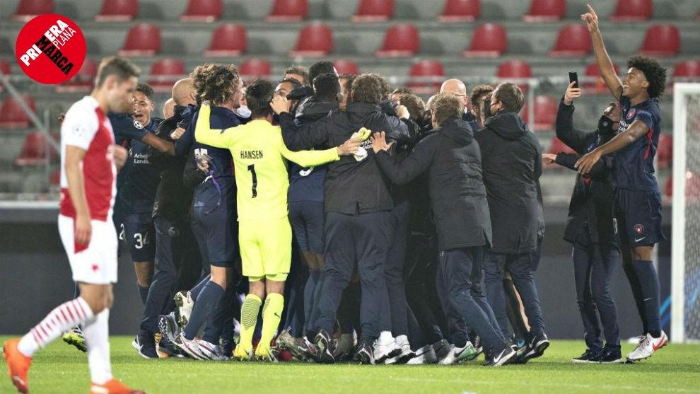 Los jugadores del Midtjylland, celebrando su clasificación para la...