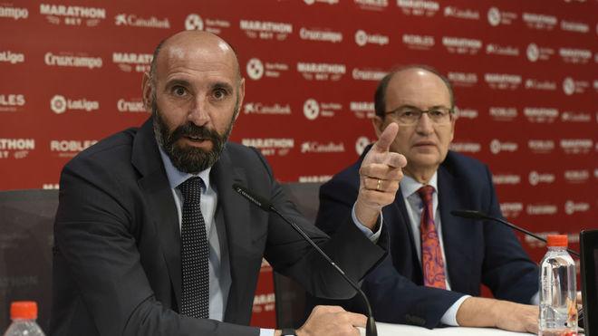 Monchi, en una rueda de prensa junto al presidente.