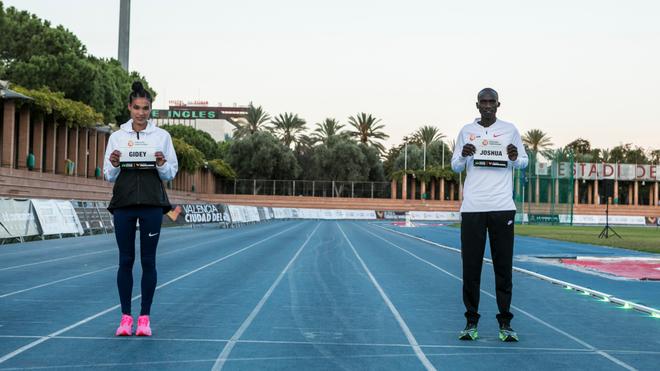 La atleta etíope Letensebet Gidey y el atleta ugandés Joshua...