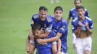 Los jugadores del Oviedo celebran con rabia el gol de Sangalli en...