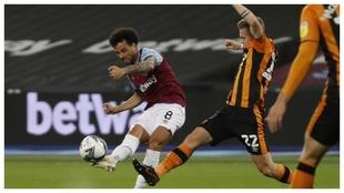 Felipe Anderson dispara a puerta contra el Hull City.