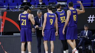 Jasikevicius da instrucciones a sus jugadores durante un tiempo...