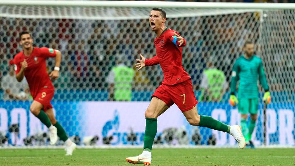 Cristiano Ronaldo celebra uno de los tres goles que le hizo a España...
