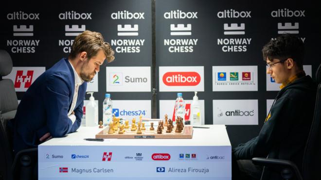 Carlsen gana por tiempo a Firouzja en una posición igualada