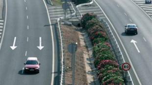 Dos coches circulan indebidamente por el carril izquierdo.