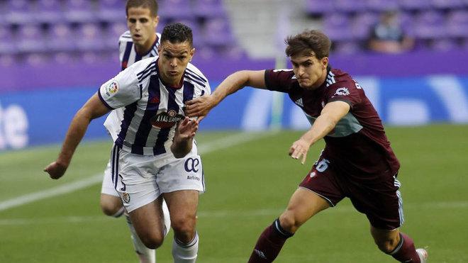 Ben Arfa intenta superar a Denis Suárez en un partido con el...