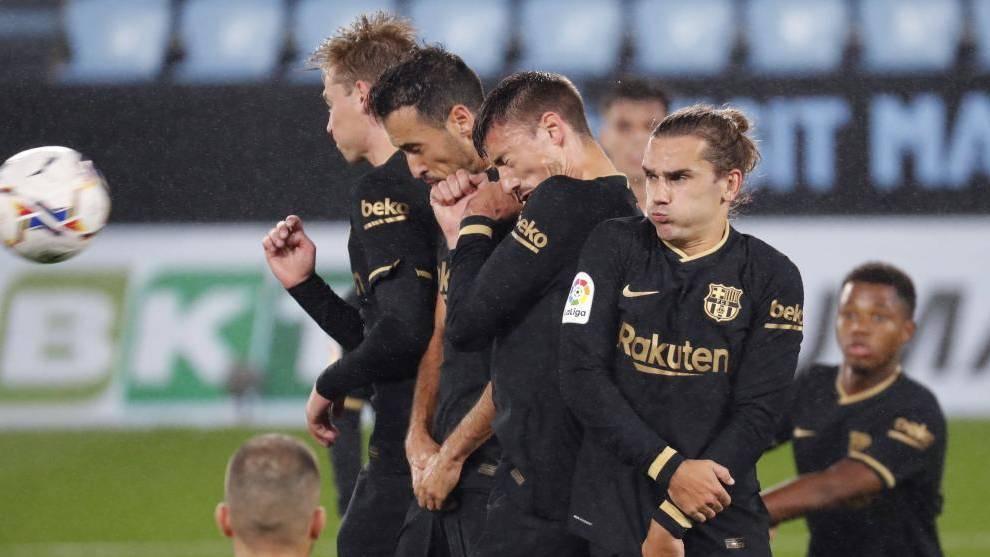 Varios jugadores del Barcelona colocados en una barrera.