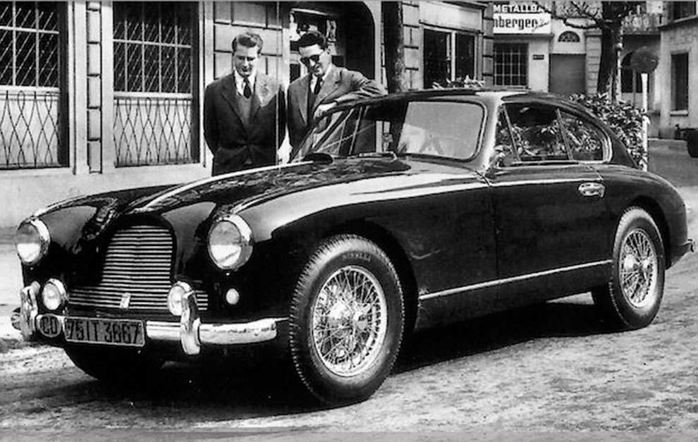 El rey Balduino y su hermano Alberto, junto al Aston Martin DB2/4.