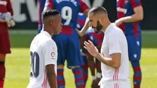 Benzema charla con Vinícius en el partido ante el Levante.