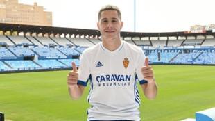 Álvaro Tejero posa con su nueva camiseta en La Romareda.