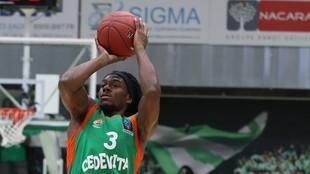 Kendrick Perry, jugador del Cedevita Olimpija Ljubljana, lanza un...