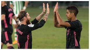 Ramos y Varane celebran el triunfo del Real Madrid ante el Betis.