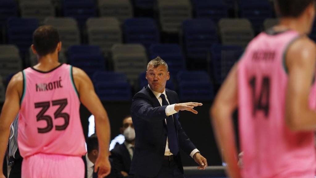 Jasikevicius da instrucciones a Mirotic en un partido del Barcelona.