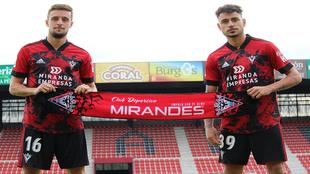 Sergio Moreno y Genaro posando con la vestimenta del CD Mirandés