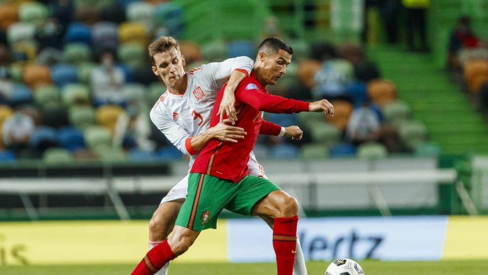 Diego Llorente pelea con Cristiano por un balón.