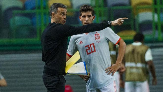 Luis Enrique da instrucciones a Sergi Roberto.