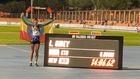 Letesenbet Gidey posa junto a su nuevo récord mundial de los 5.000...