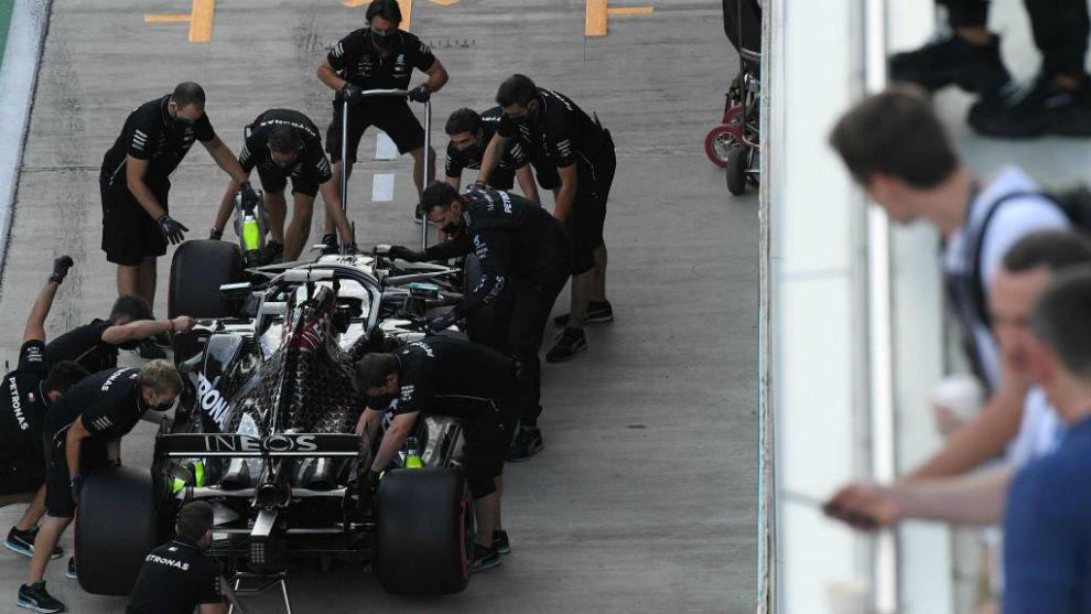 Mecánicos de Mercedes, con el coche de Hamilton, durante el pasado GP...
