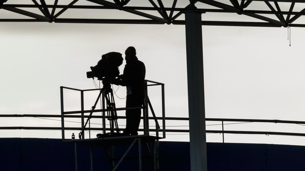 Un cámara de televisión durante un partido de Liga.