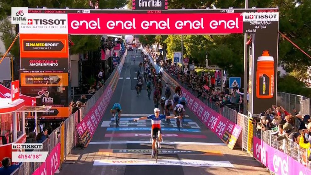 Arnaud Démare celebra en línea de meta