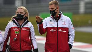 Mick Schumacher reconoce la pista de Nürbrigring junto a una...