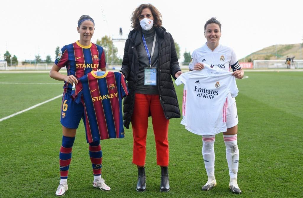 Irene Lozano con las capitanas del Barcelona y Real Madrid.