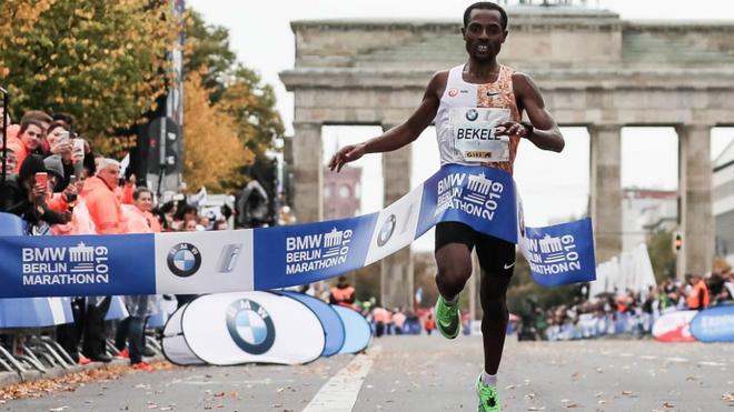 Kenenisa Bekele se impone en el Maratón de Berlín de 2019.