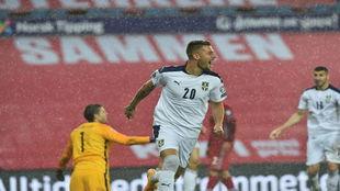 Milinkovic-Savic celebra uno de sus goles a Noruega