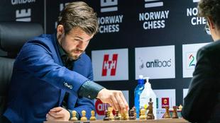 Carlsen mueve pieza durante la partida frente a Caruana.