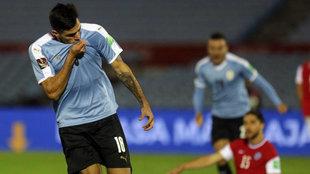 Maxi Gómez se besa la camiseta de Uruguay al marcar a Chile.