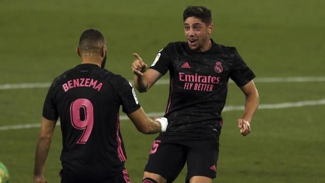 Fede Valverde celebra con Karin Benzema el gol logrado poe el uruguayo...