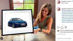 Noémie, posando con un dibujo de un Audi TT.
