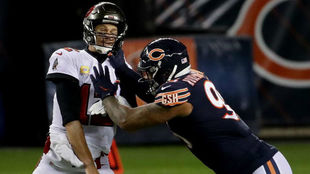Roy Robertson-Harris, de los Chicago Bears, 'frena' a Tom...