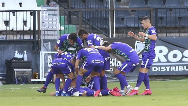 Los jugadores del Málaga celebran un gol.