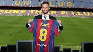 Pjanic, en su presentación como jugador del Barcelona.