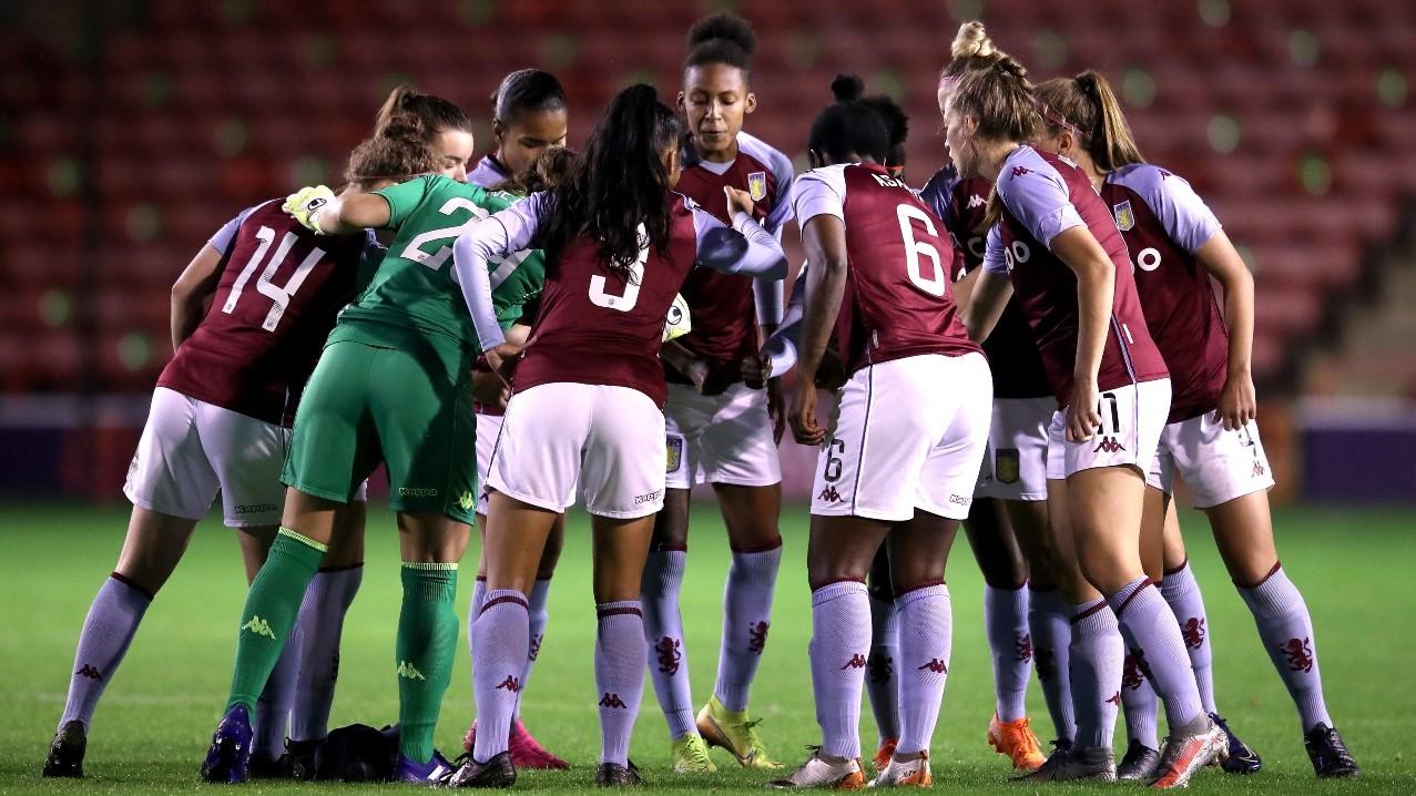Las jugadoras del Aston Villa haciendo piña antes de un partido.